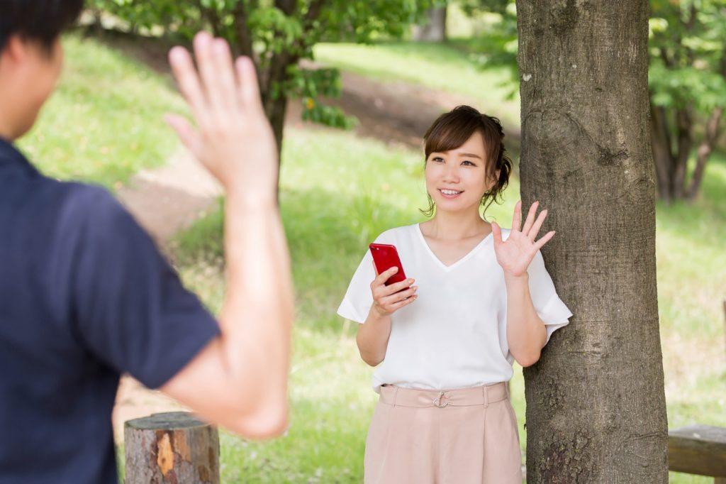 清潔感ある男性に手を振る女性