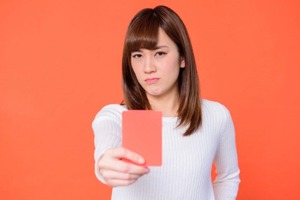 清潔感にレッドカードを出す女性